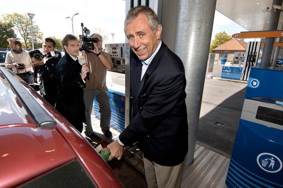 Transport- og energiminister Flemming Hansen tanker Bio95 på Statoil servicenter - Lyngbygaardsvej, Kgs. Lyngby