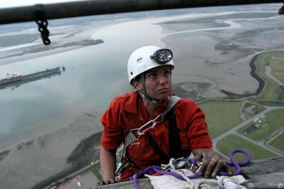 """Greenpeace-aktivistene """"The Kingsnorth Six"""" klatret opp i skorsteinen på kullkraftverket Kingsnorth i 2007. Juryen i rettssaken som fulgte frikjente dem fordi de kjempet mot klimaendringer."""