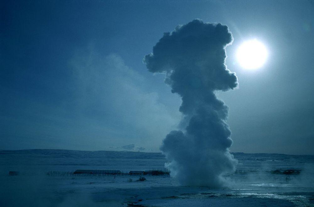 CO2-LEKKASJE: CO2 som ligger lagret under bakken kan lekke til overflaten - nesten som en geysir. Nå har forskerne funnet ut hvordan CO2 oppfører seg når den ligger lagret i et gassfelt.