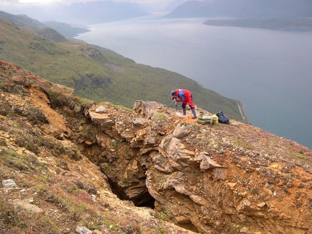 GPS-MÅLING: Trond Eiken,UiO, setter ned en bolt for til GPS-måling på Nordnesfjellet i Lyngen. FOTO:LARS BLIKRA