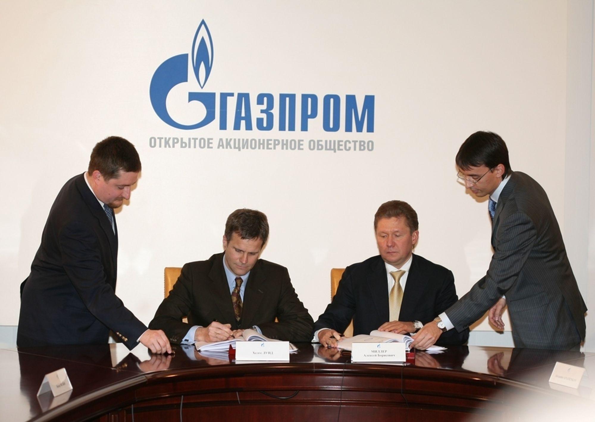 Helge Lund fra Statoil undertegner avtalen med Gazprom, men siden har det blitt vanskelig.