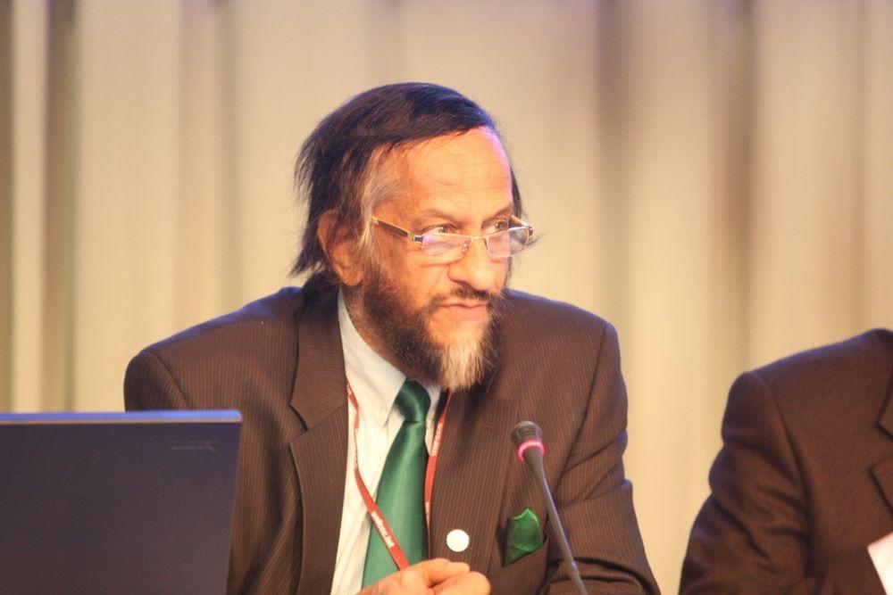 """FNs klimapanels leder Rajendra Pachauri blir """"frikjent"""" av en nederlandsk ekspertgruppe som har gått gjennom klimapanelets siste rapport. Her under møtet i København i desember i fjor."""