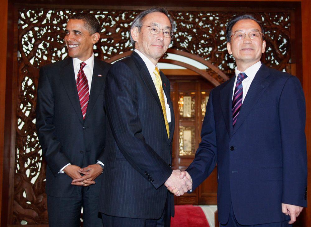 KINA OVERTAR: USA er i ferd med å miste sitt lederskap innen teknologiutvikling, advarer USAs energiminister Steven Chu (i midten). Her hilser han på Kinas statsminister Wen Jiabao. I bakgrunnen Barack Obama.