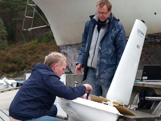 Frank Ådland (t.v) og David Peddie klargjør bøyen før testen utenfor Nergen i høst.