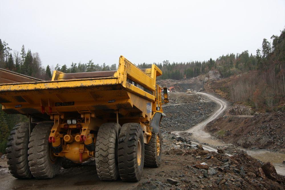 I dag tar det minst åtte år fra planlegging til åpning av en ny veistrekning i Norge. Det må lovendringer til for at det skal gå raskere, mener Vegdirektoratet. Her E 18 mellom Sky og Langangen.