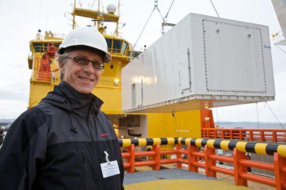 Prosjektleder i Wärtsilä, Ingve Sørfonn med brenselcellen i bakgrunnen  - Å inneha rollen som systemintegrator på det som kanskje er verdens mest miljøvennlige skip er derfor svært spennende for oss, sier Sørfonn.