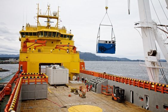 Containeren med Wärtsilä sin teknologi blir lastet om bord i Viking Lady.  SYSTEM: Brenselscellen er plassert i den grå containeren mens en blå container med elektro- og styringssystemer fra Wärtsilä er på vei om bord i Viking Lady i september i år.