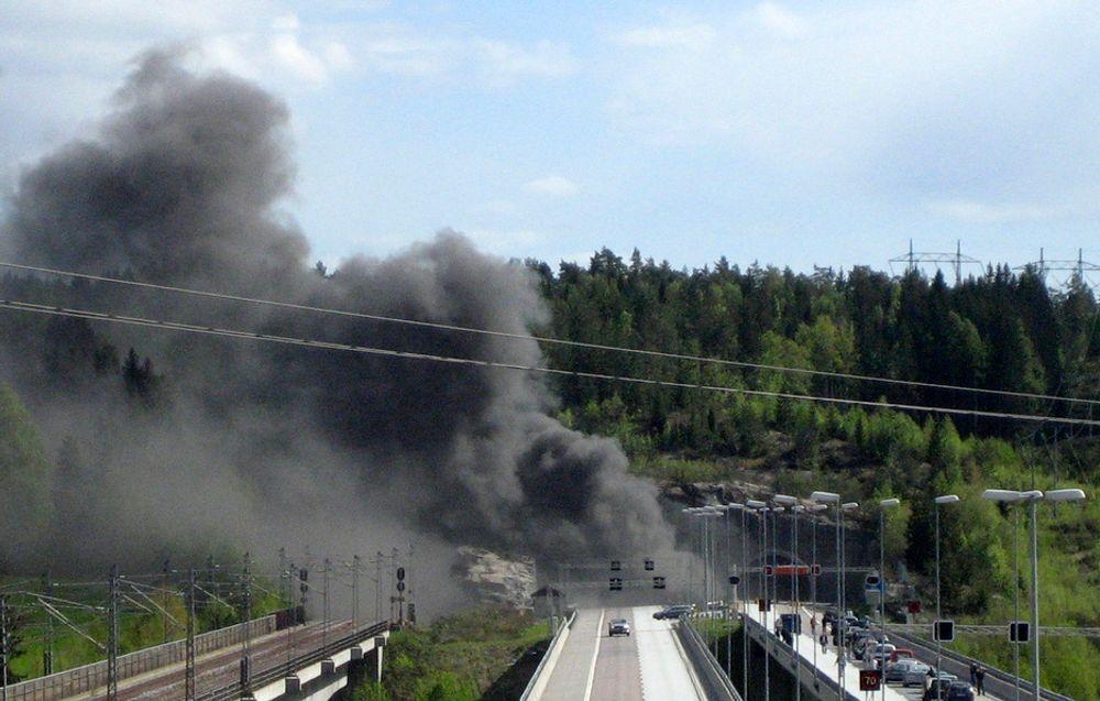 BRANN: Røykutviklingen var stor i Follotunnellen på E6 mellom Son og Vestby etter at en trailer kjørte i bergveggen inne i tunnelen og tok fyr søndag ettermiddag. En mann omkom i brannen.