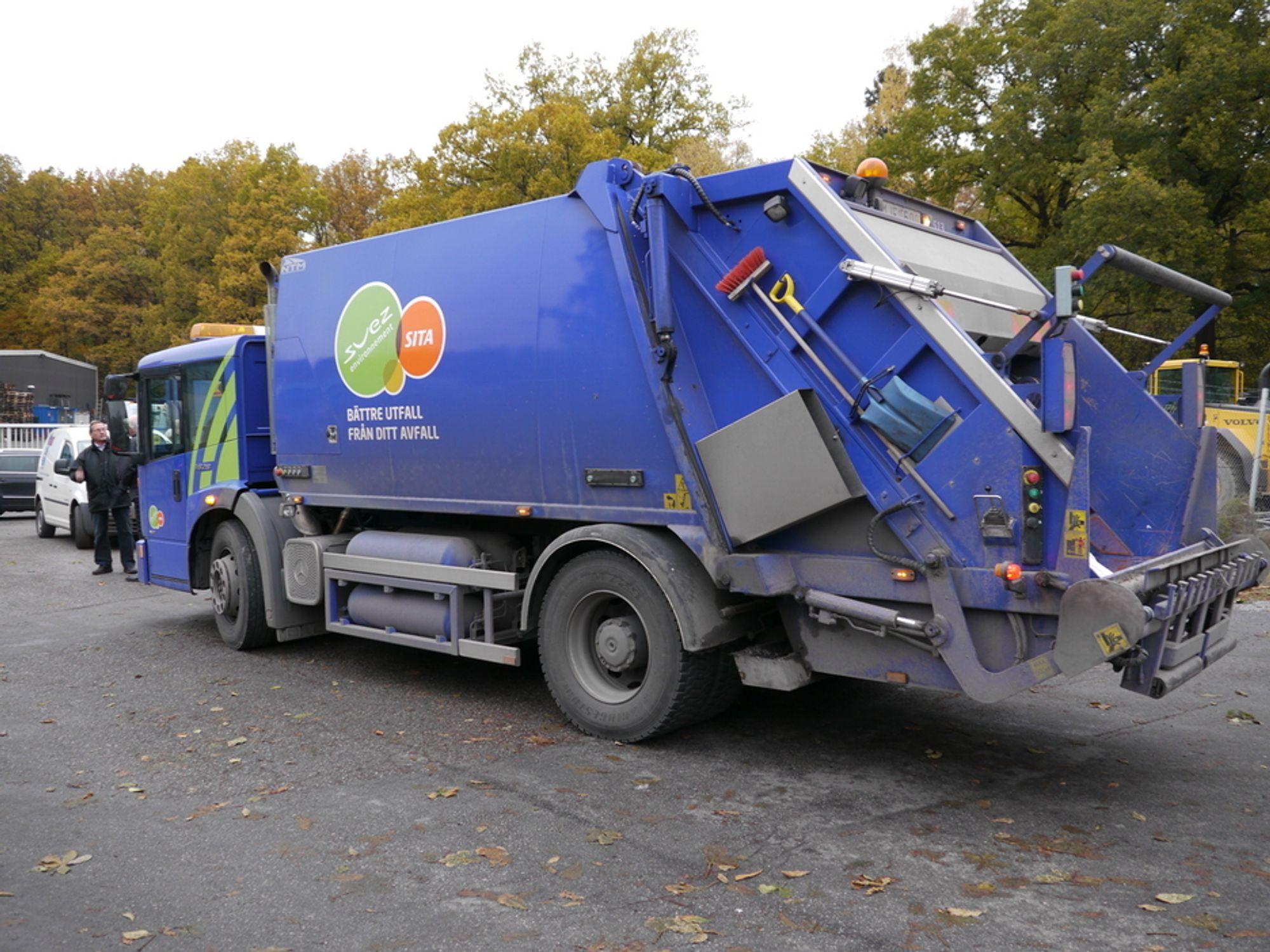 SØPPEL PÅ KLOAKKGASS: I Stockholm kjører svært mange av søppelbilene på biogass som etaten selv produserer fra fermentert kloakk. Bilen er utstyrt med åtte gasstanker i stedet for dieseltank.