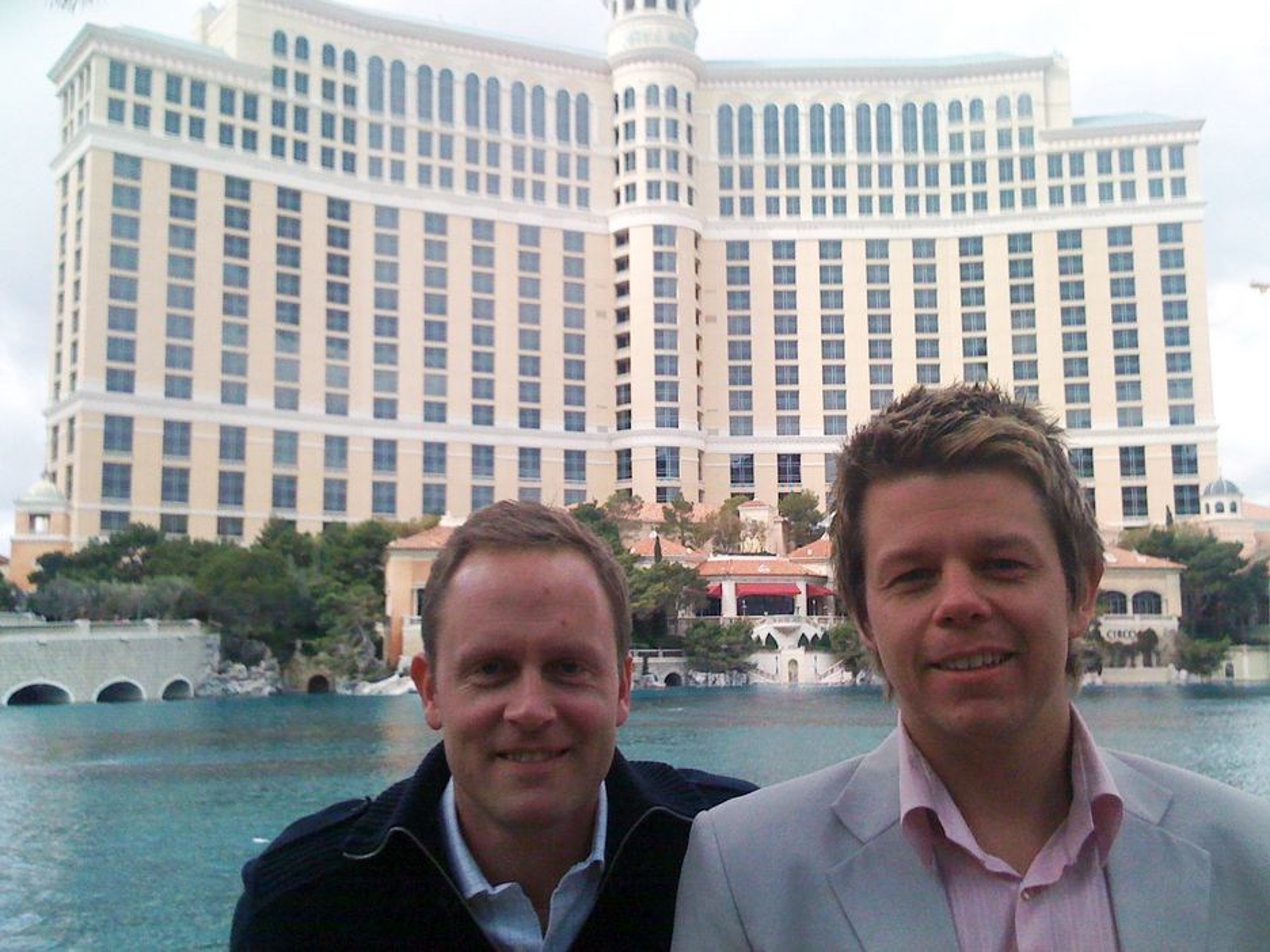 F.v: Adm. dir Jørn Ellefsen og Account Director Norway Morten Medhus i Comperio foran The Mirage i Las Vegas på FAST Forward-konferansen i forrige uke