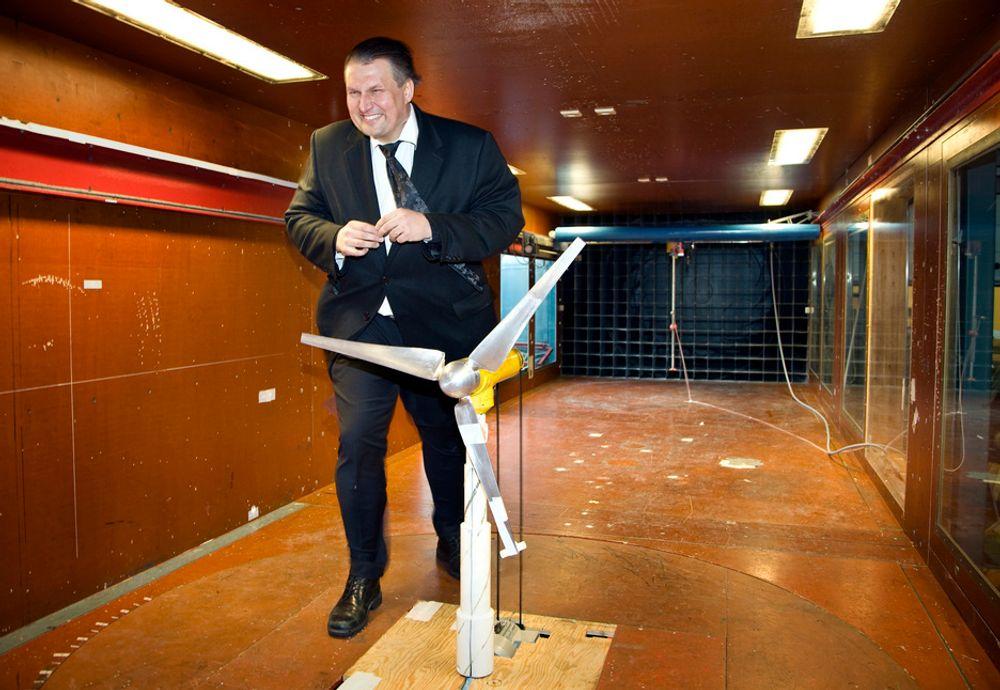 I VINDEN: Olje- og energiminister Terje Riis-Johansen foreslår å lyse ut blokker for vindparker til havs. Her er han på besøk i Sintefs vindlaboratorium.