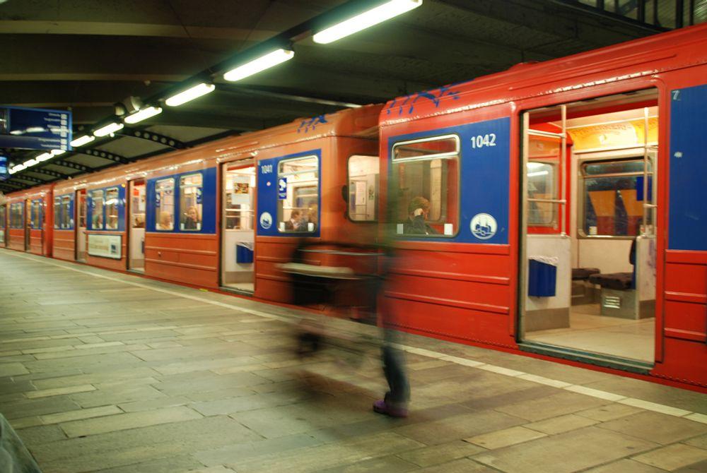 BOM FAST: T-banetrafikken i Oslo ble stanset på ubestemt tid på grunn av problemer ved Stortinget T-banestasjon.