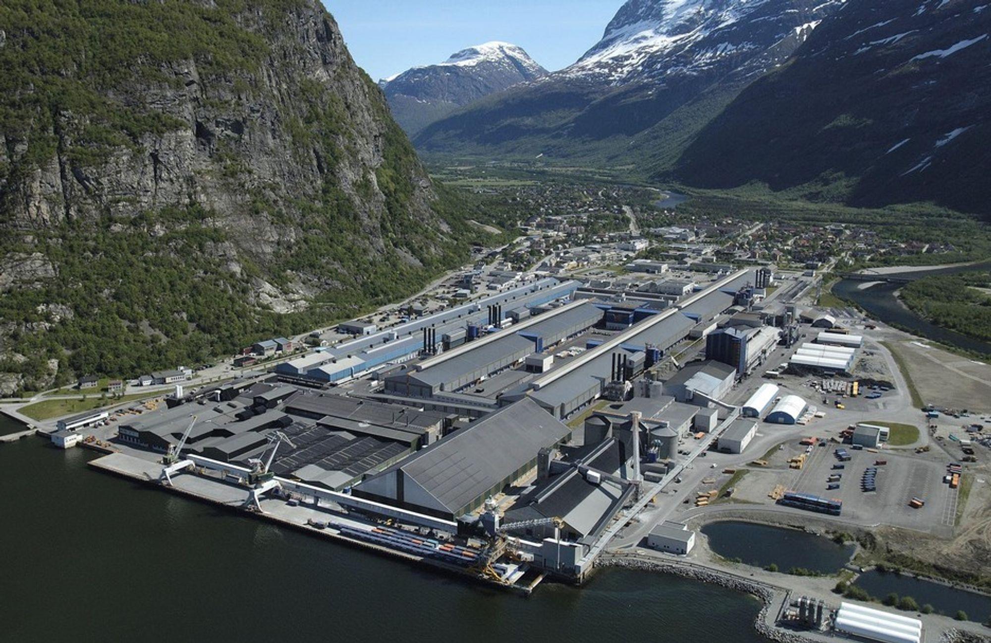 150 årsverk er knyttet til den eldste produksjonslinjen hos Hydro i Sunndal. Nå forbereder de seg på kutt, etter at Reiten i går la frem nedslående resultater.