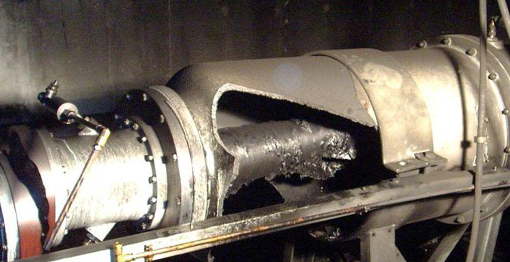 EKSPLODERTE: Slik så det ut etter eksplosjonen i et skjøtekammer på strømforbindelsen Horten-Moss i sommer. Feilen skjedde under testing. Nå skal dette repareres, og det vil ta to måneder.