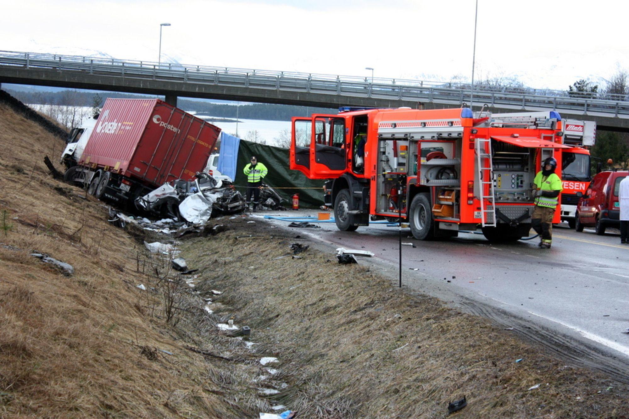 Bildet er tatt kort tid etter den tragiske ulykken i Årødalen i Molde, der Jon Sidney Potter (51) og hans kone Ann (47) omkom. De satt i den lille bilen (nærmest) som ble fullstendig ødelagt i kollisjonen med lastebilen.