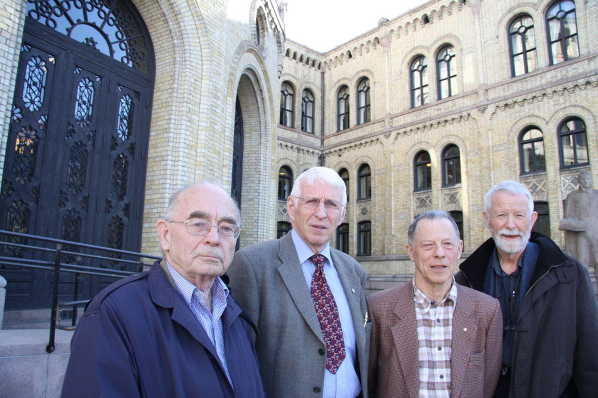 Energiveteranene Erling Diesen, Hans H. Faanes, Jon Tveit og Jon Ingvaldsen foran Stortinget.