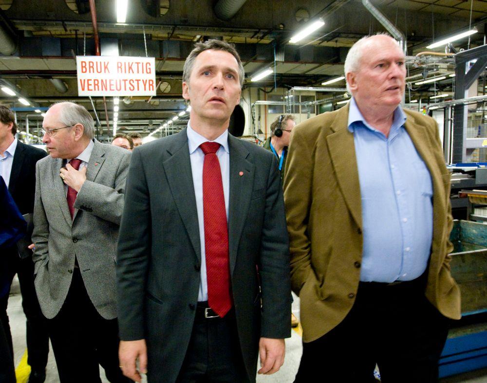 TALTE TIL LO: Statsminister Jens Stoltenberg sier at det nå kommer et innkjøpskonsortium for industrien. Her er han på industribesøk med LO-leder Roar Flåthen tidligere i år.