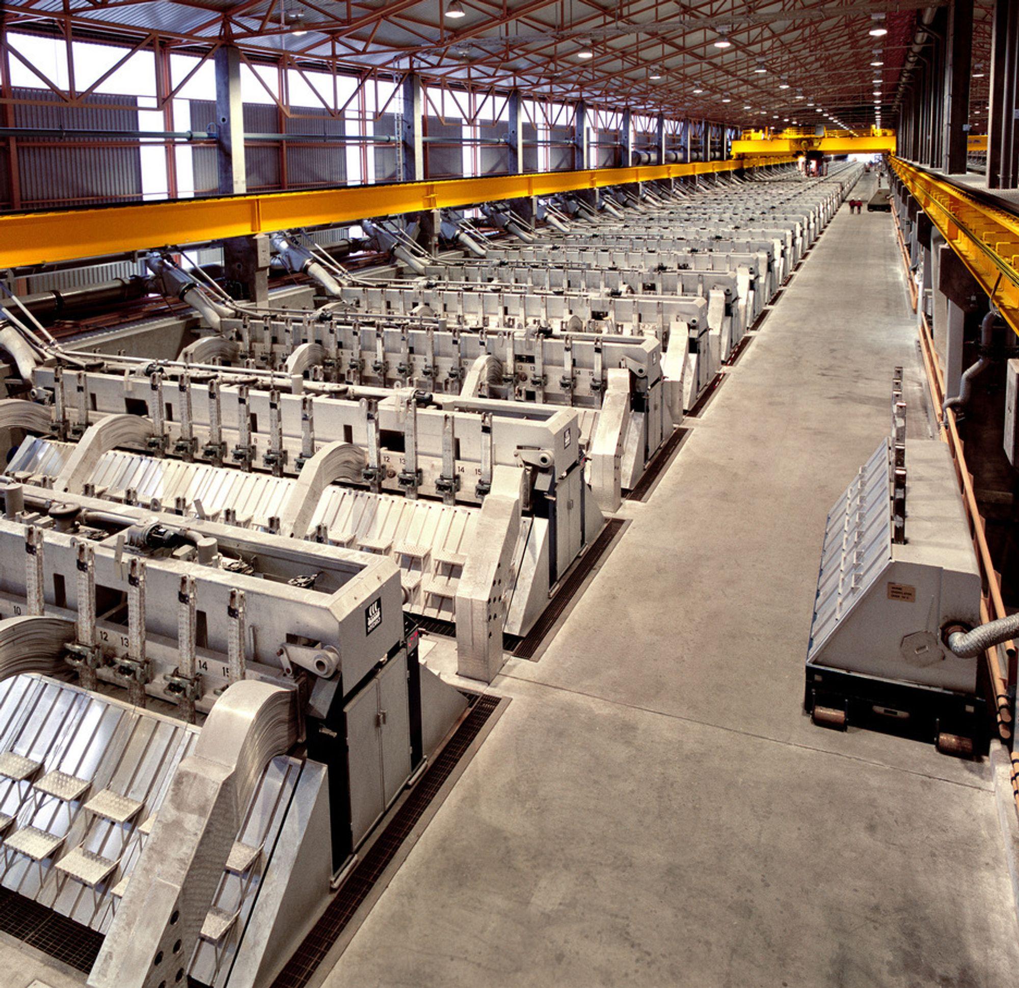 MÅ TRAPPE NED? Aluminiumsverket på Karmøy kan oppleve nedbemanning som følge av strenge utslippskrav. Allerede i 2000 fikk Hydro Karmøy varsel kravene. Bildet er fra Hydros aluminiumverk på Sunndalsøra.