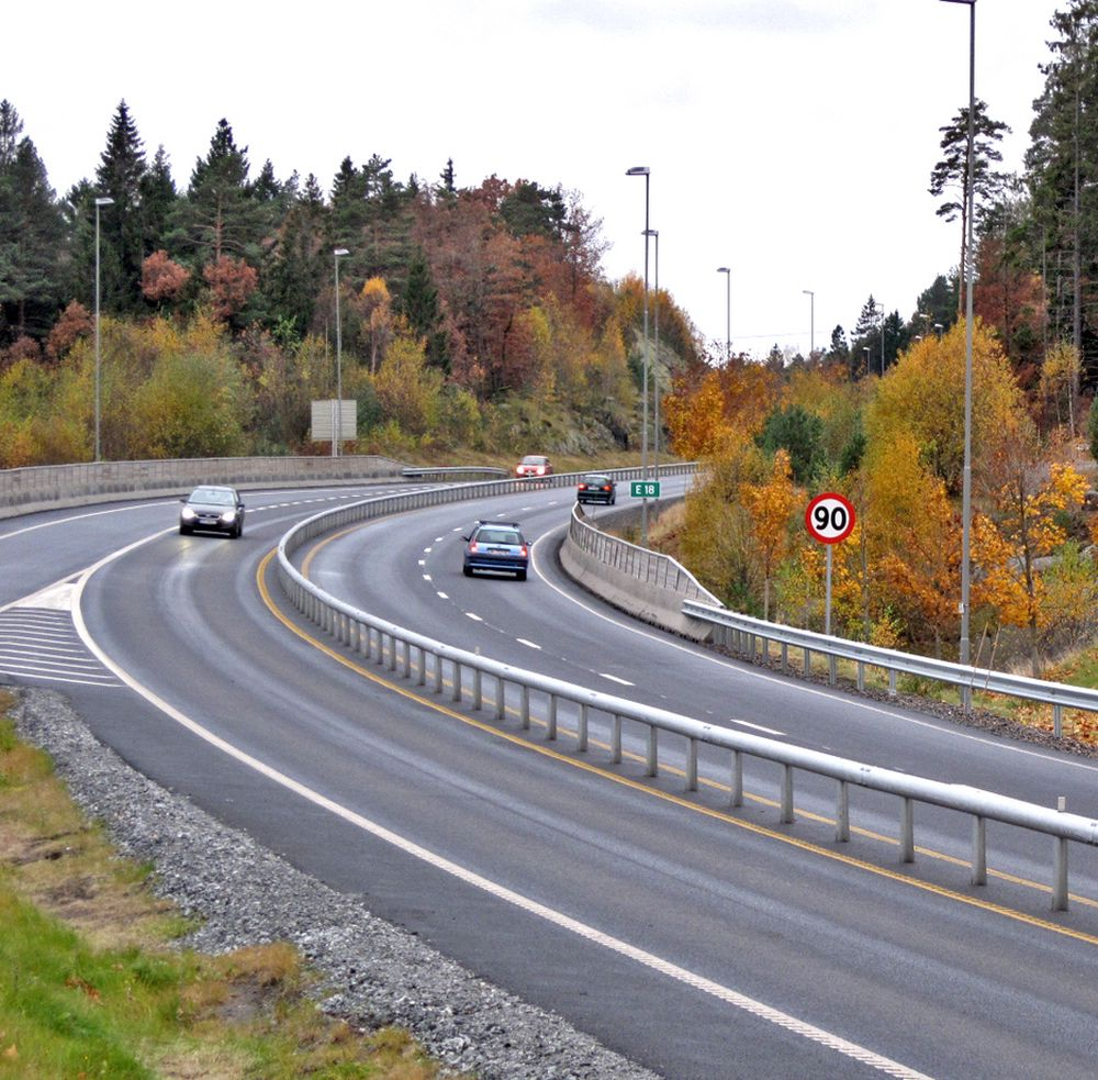 Dette rekkverket skal hindre møteulykker på E 18 mellom Rannekleiv og Grimstadporten. Bildet er tatt like ved Nedeneskrysset. Videre sørover går vegen i stigning, derfor er det to felt til høyre for rekkverket.