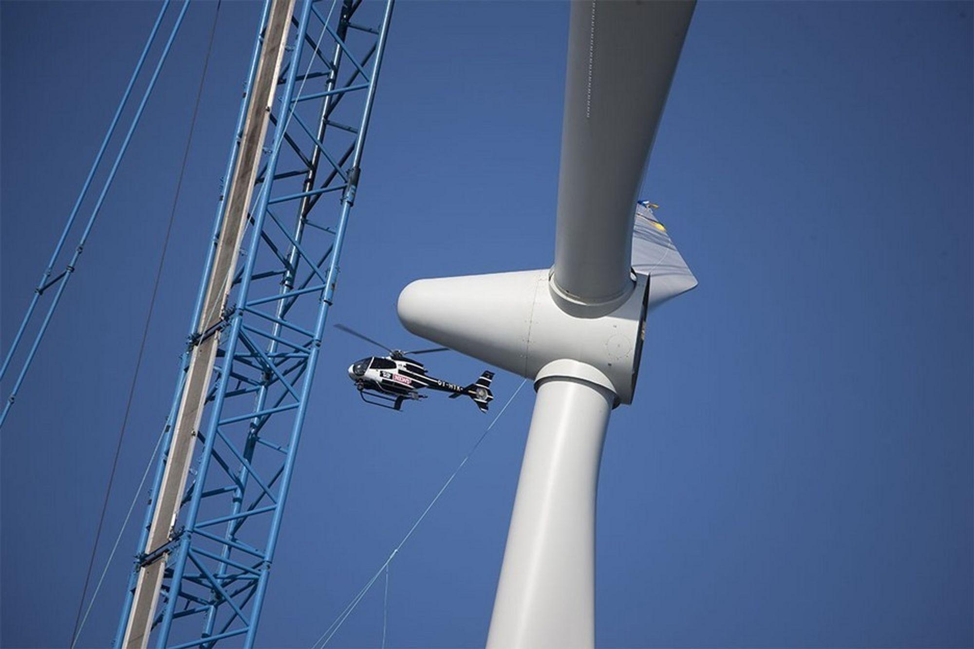 BYGGER VINDTURBINER: Danskenes løsning på energiutfordringen er å bygge flere vindmøller. Siden kraftproduksjonen er ustabil, må Danmark tilpasse strømsystemet og -forbruket til dette.