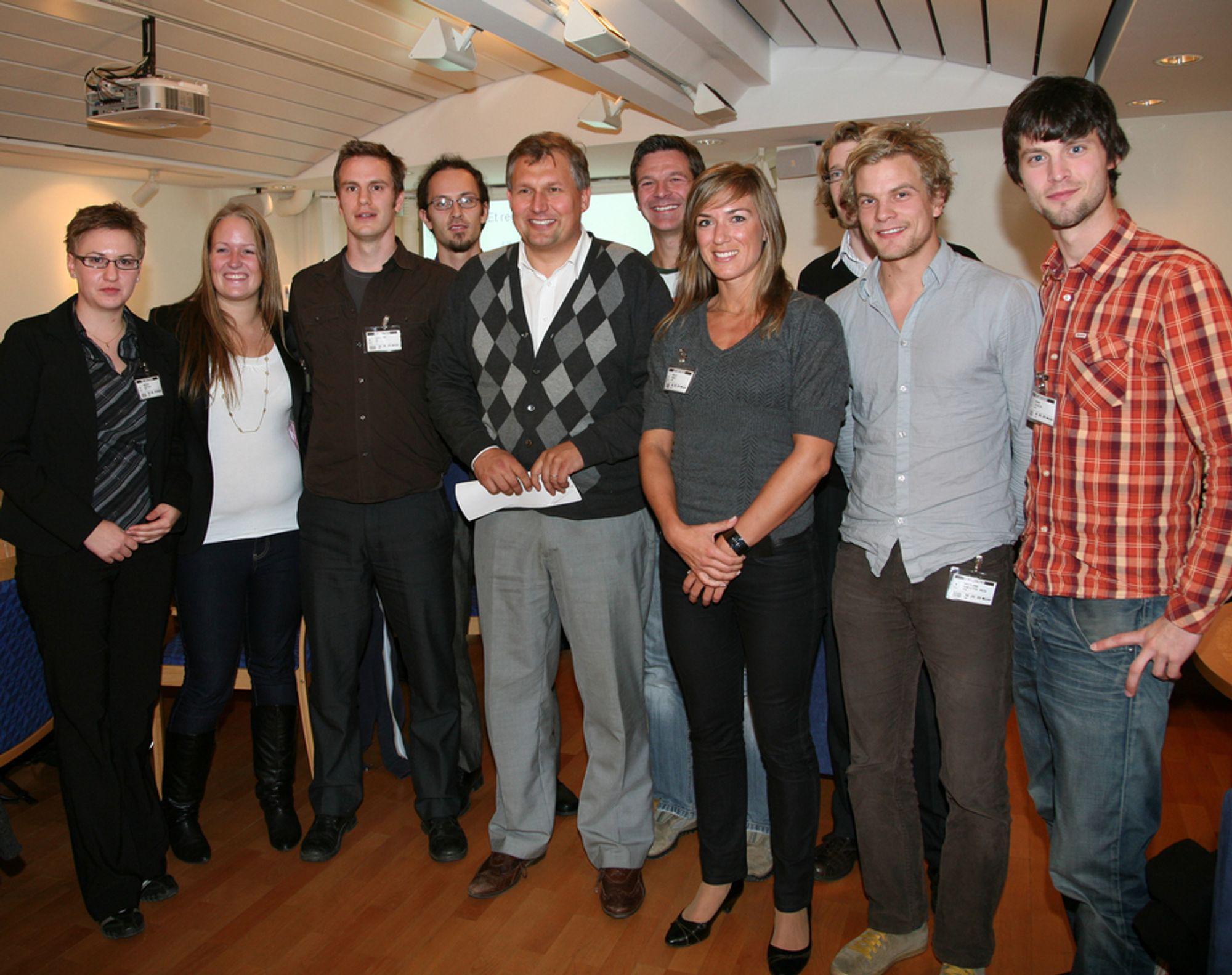 NYTT: Dette er de unge forskerne og studentene som deltar i tankesmia for miljøvennlig energi - her sammen med olje- og energiminister Terje Riis-Johansen.