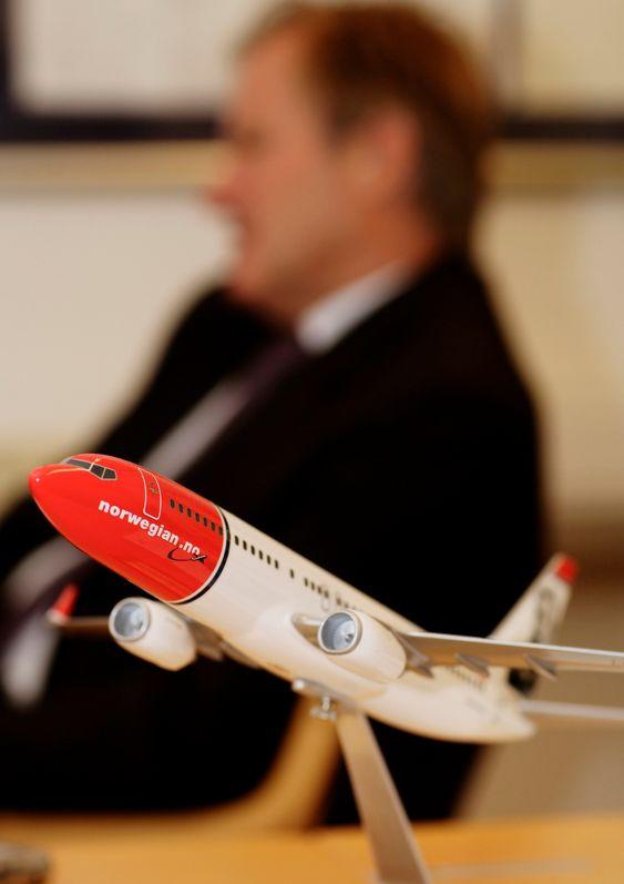 Norwegian-sjef Bjørn Kjos bak en modell av et Norwegian-fly.