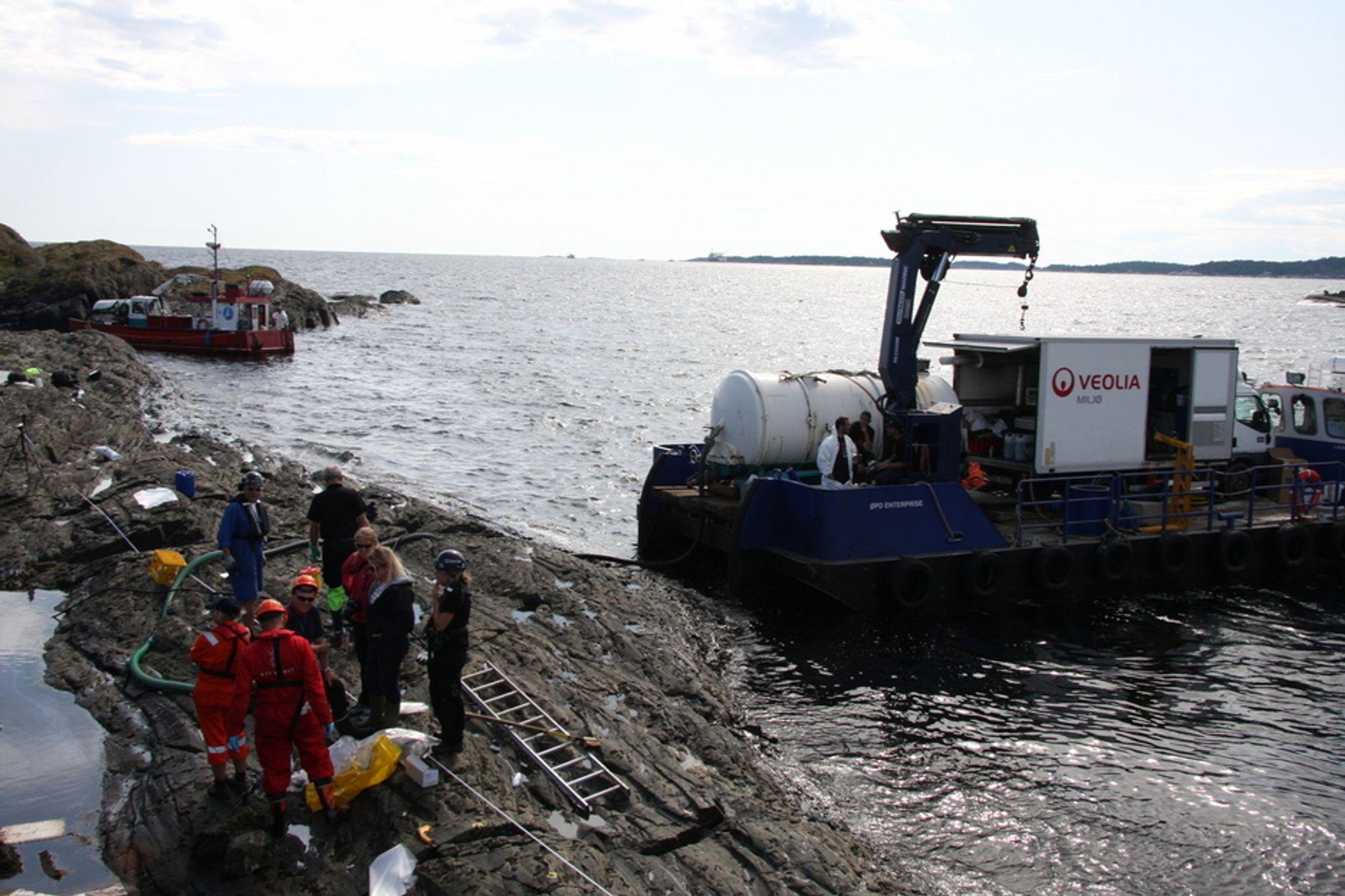 FORSØK: Sintef, SFT og Kystverket har forsøkt flere rensemetoder for å fjerne oljesøl. Nå tilbyr NTNU eget masterskurs som skal øke kunnskapen.