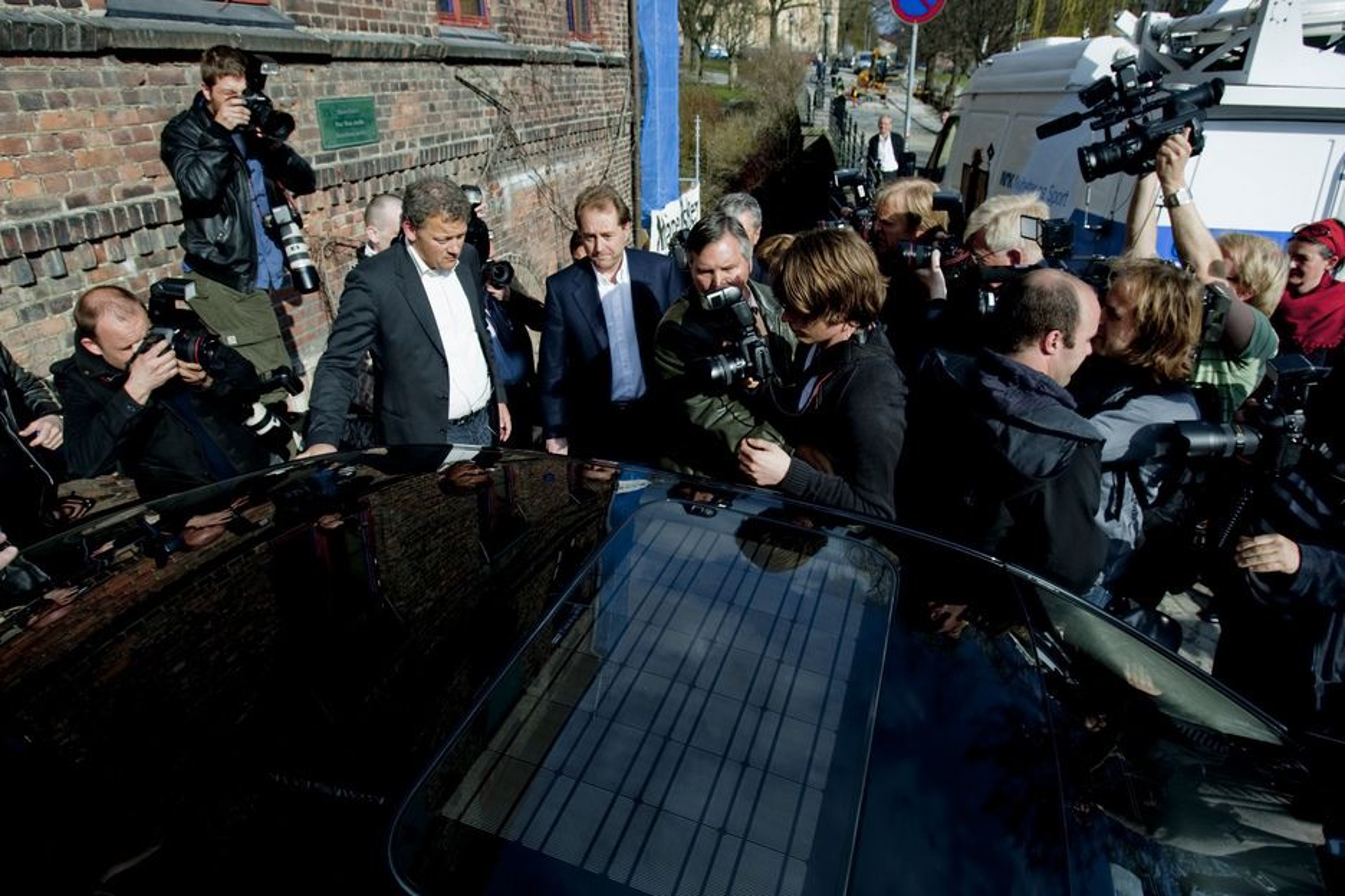 OMRINGET: Kjell Inge Røkke ble omringet av pressefolk da han slo tilbake mot staten med en tordentale onsdag. Røkke er provosert over at selskapene han har solgt omtales som søppel.