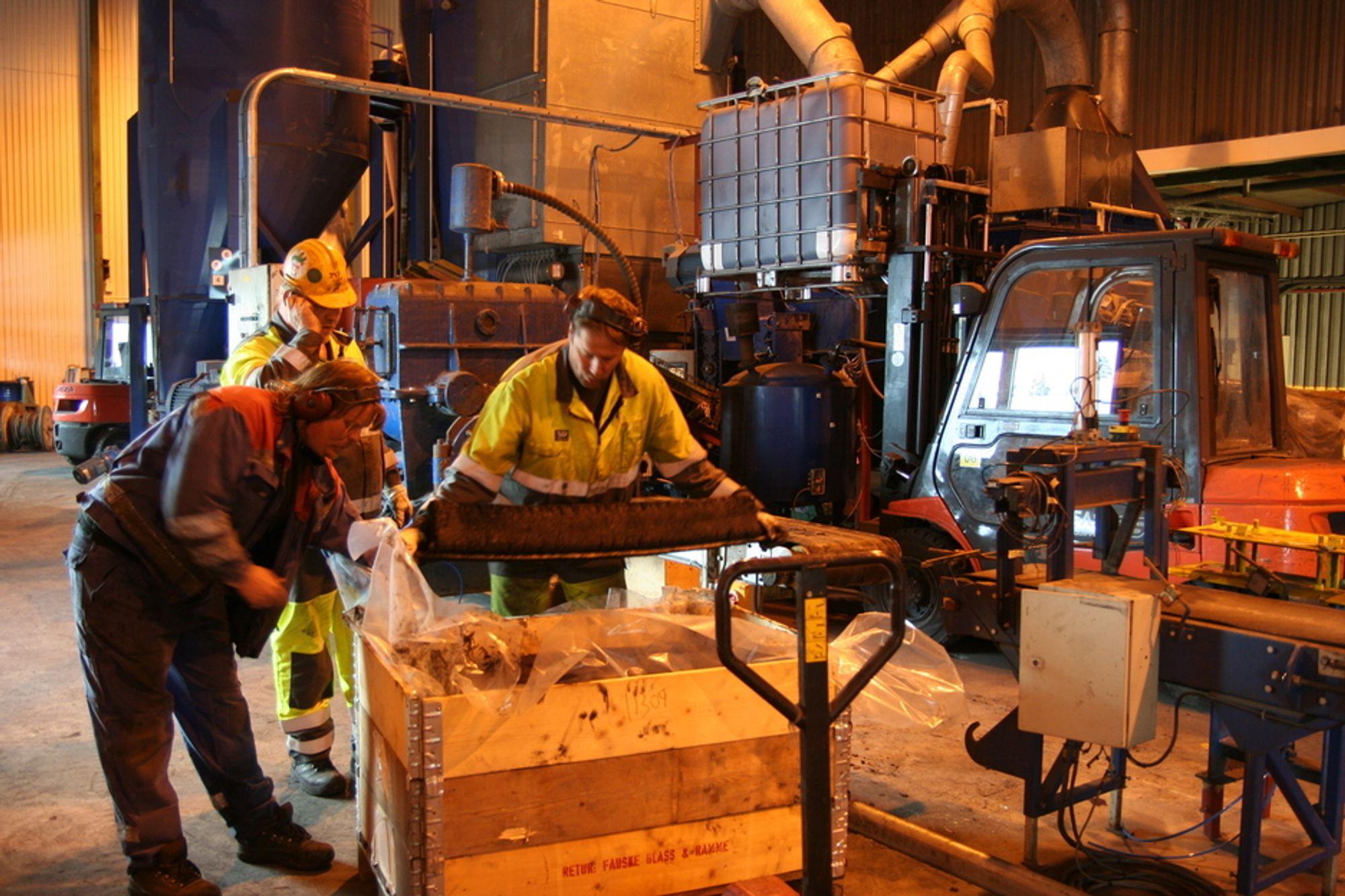 INNSPURT: Første ladningen med reparasjonsmasse fra pressa i det nymonterte anlegget i Kopperå. Arvid Nansmork (nærmest) og Jon Helge Lillevold har bestått i innspurten. Ivar Mansæterbak er allerede i kontakt med markedet på telefon.