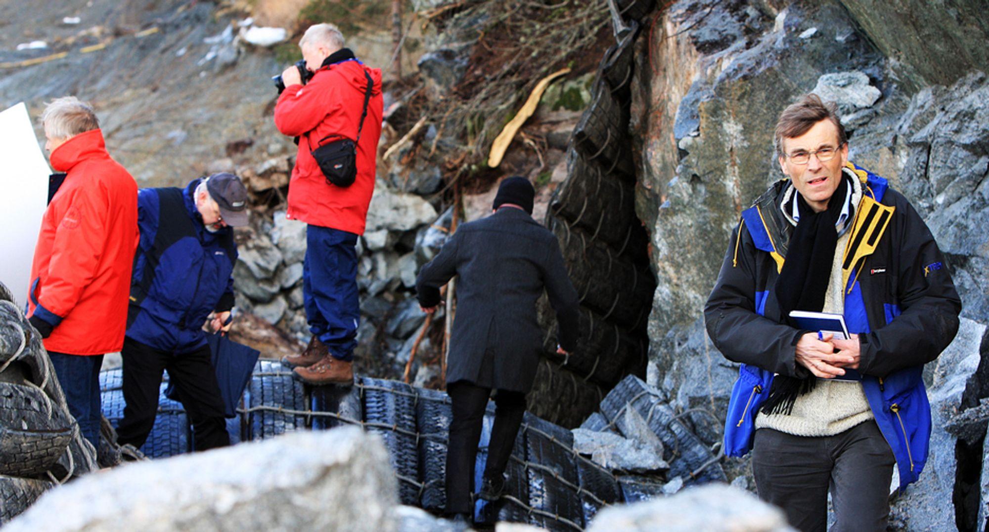 BEFART: Steinar Nordal (til høyre) og resten av ekspertgruppa undersøker leirraset i Kattmarka.