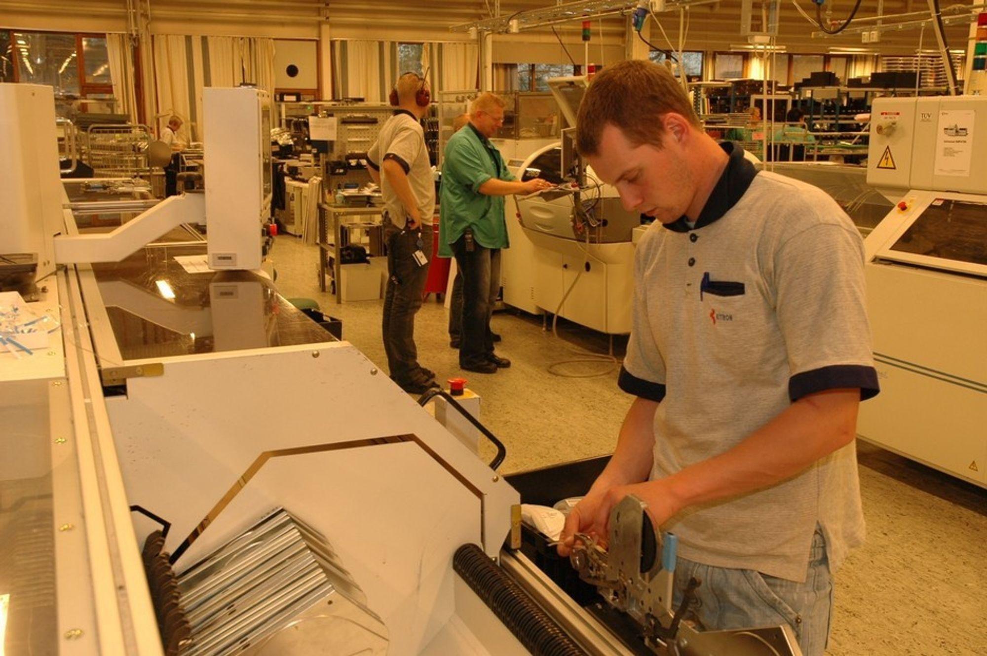 Det meste produseres med automater hos Kitron, men kvalitetskontroll krever også menneskelig inngripen.