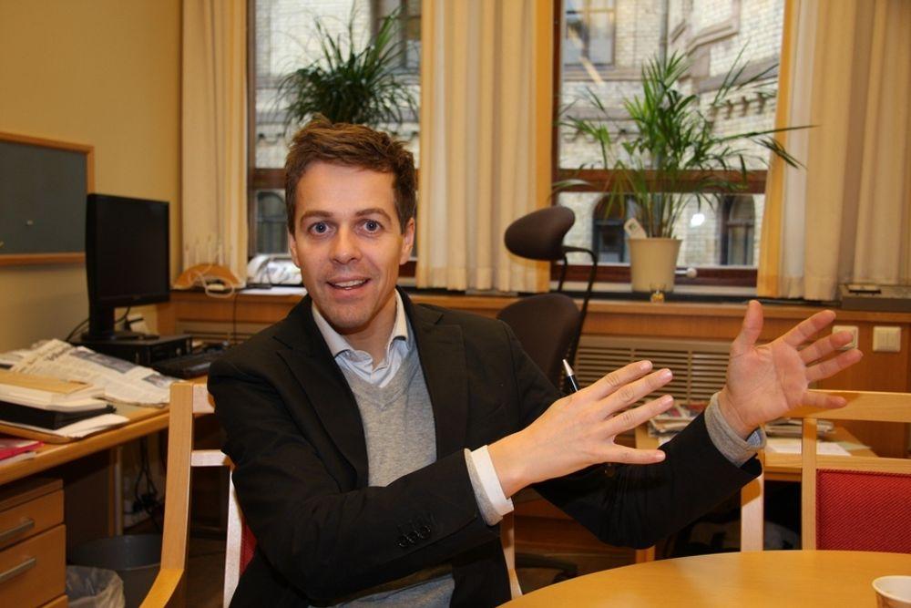 KREVER SIKRERE VEIER: Leder av Transportkomiteen på Stortinget, Knut Arild Hareide (Krf), mener ni kilometer midtdelere på veiene per år er skammelig lite.