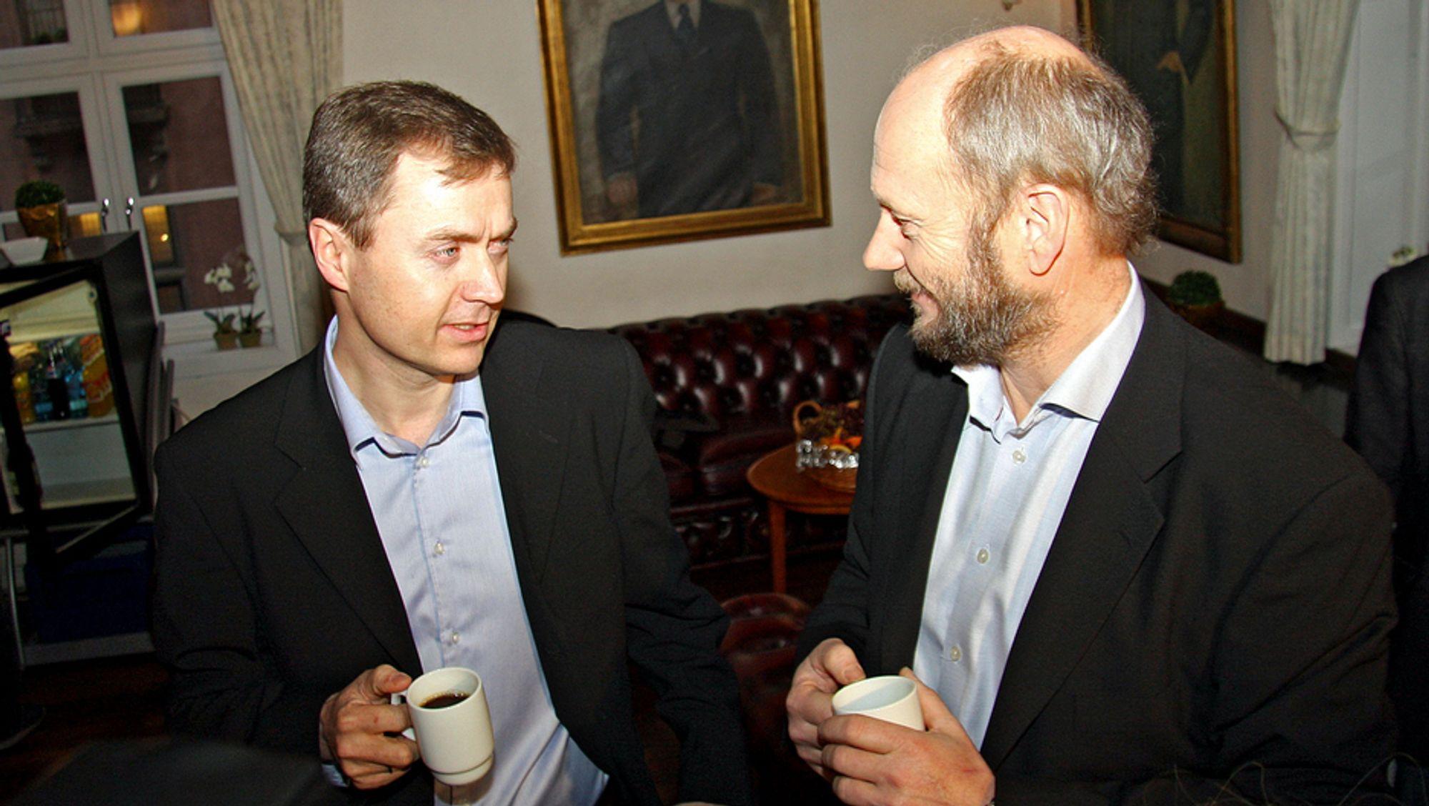 Stein Lier-Hansen, tv, er avmålt positiv til regjeringens forslag til samferdselssatsing de neste ti årene. Direktør Knut Sunde til høyre.