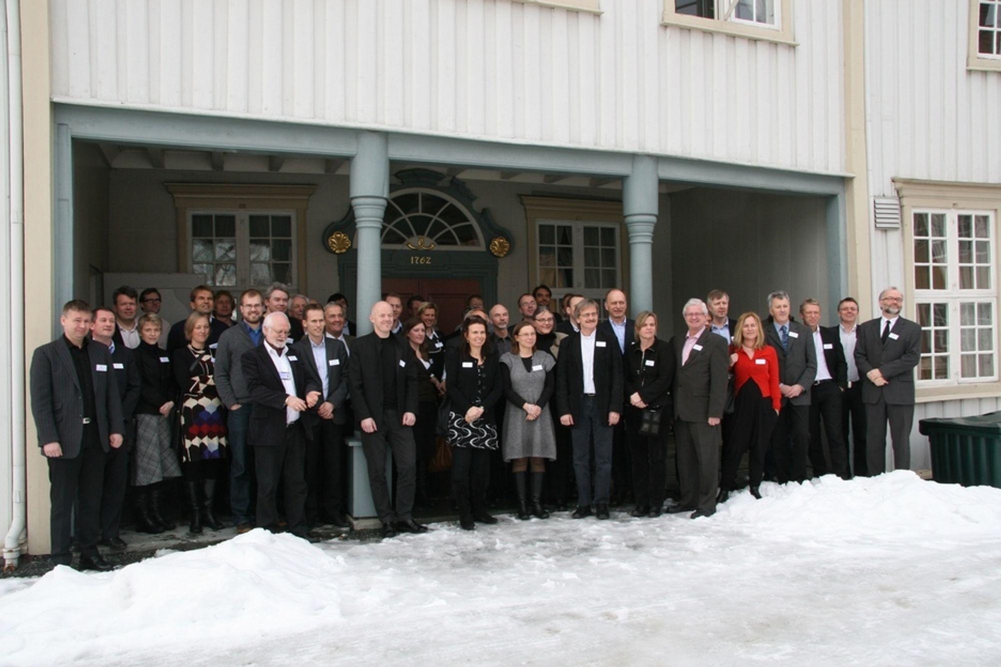 ENERGISPARERE: Det var stort oppmøte av deltakere da startskuddet for Norges største byggforskningsprosjekt gikk i Trondheim. Interessen er stor og byggenæringen stiller med like mange som forskningsinstitusjonene.
