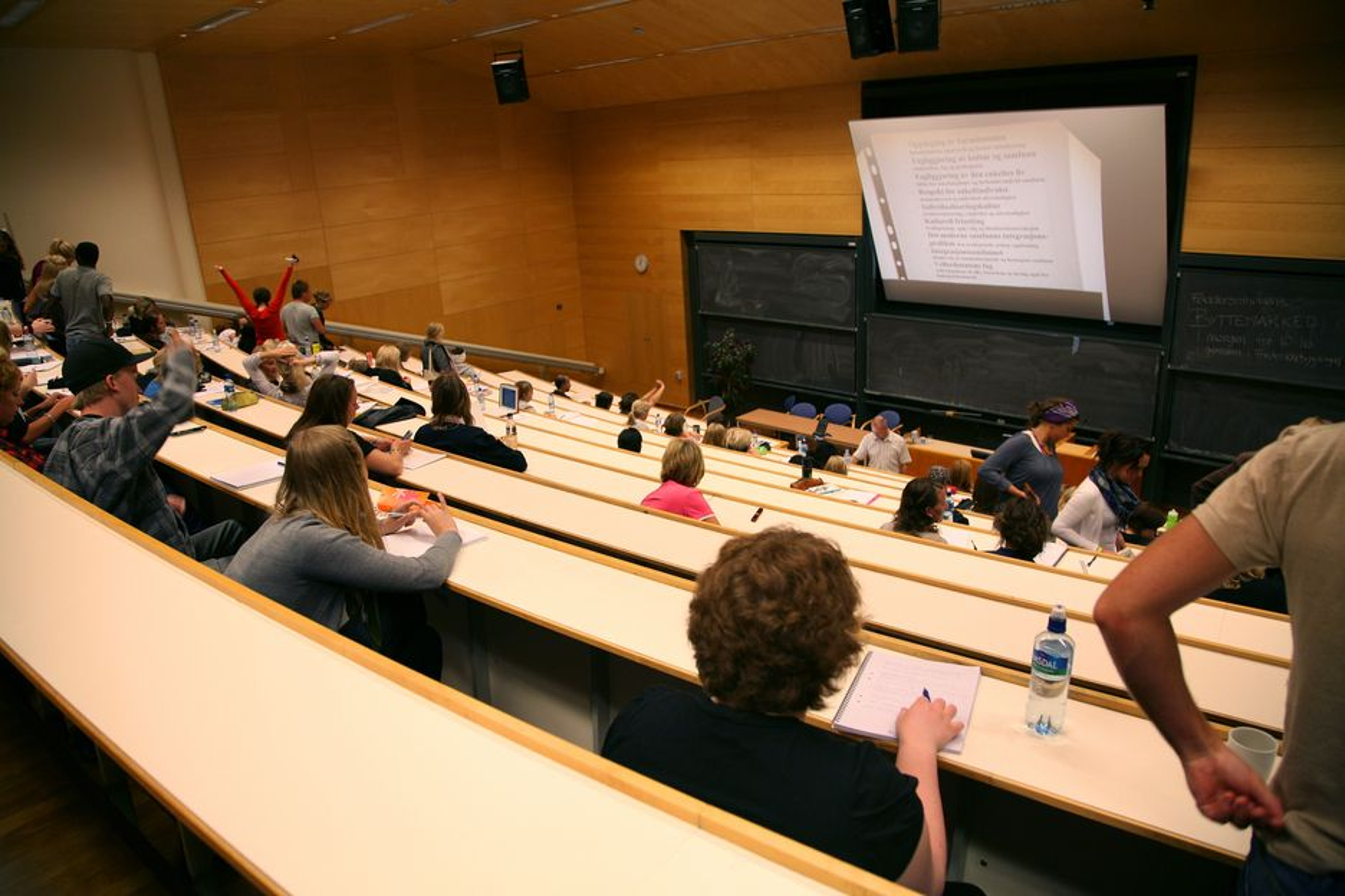 STUDIER: Færre jenter fullførte studieløpene sine i fjor i forhold til året før.