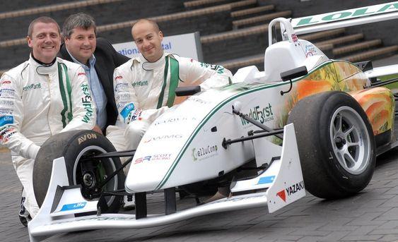 Dr. Kerry Kirwan, Dr. Steve Maggs og Dr. James Meredith ved Universitetet i Warwick. De har produsert en bil som inneholder gulrøtter og poteter for å vise at det går an å være miljøvennlig også innen motorsport.