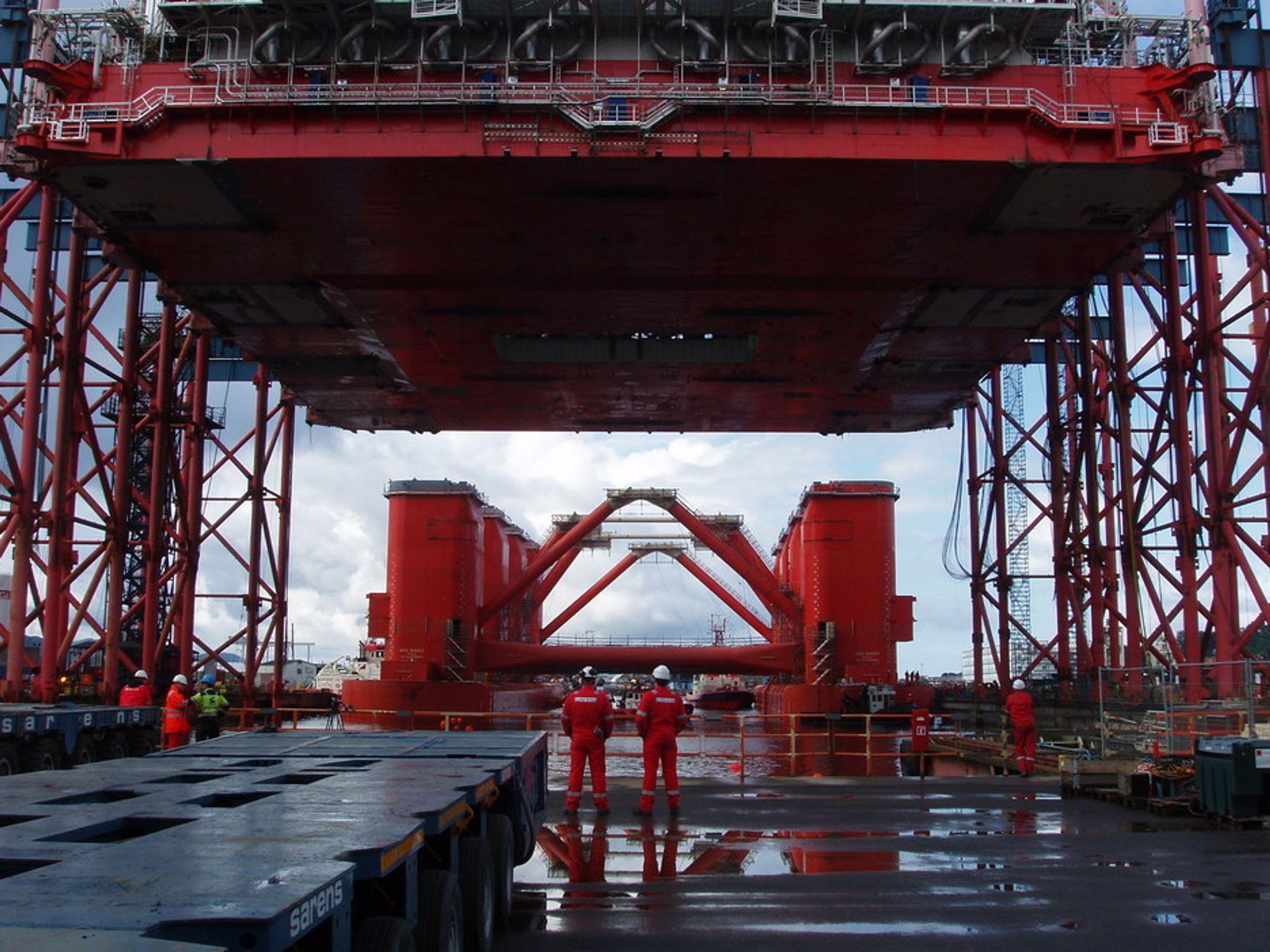 SAMMENKOBLING: Her er et bilde fra sammenkoblingen av dekk ogskrog. Dekket på ca. 11 000 tonn er løftet 34 meter til værs  og skroget til Aker Barents er på vei inn i dokken. FOTO: AKER SOLUTIONS