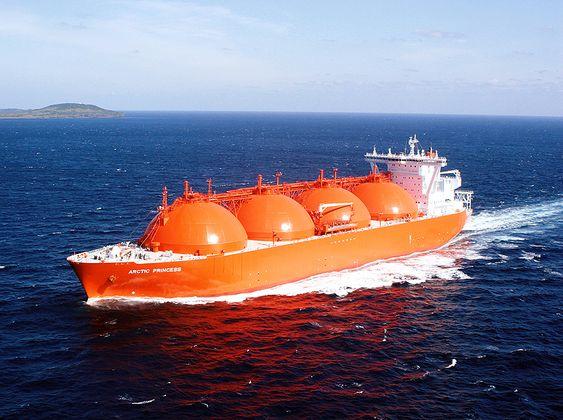 KULETANKER: Høegh LNGs Arctic Princess frakter LNG fra  Snøhvitanlegget på Melkøya til kunder ute i verden. Skipet har plass til 147.000 m3 LNG, er 288 meter langt og 49 meter bredt. Skipet er på 84878 dødvekttonn. Det ble bygget ved Mitsuibishi Heavy Industries og utstyrt med det norske kuletanksystemet fra Moss.