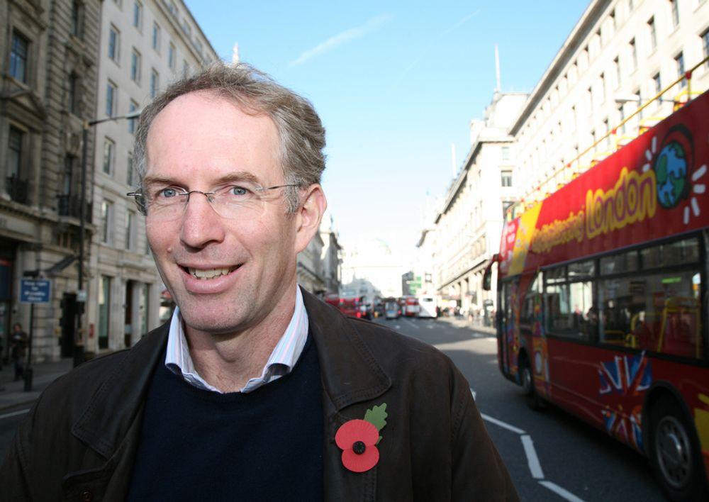 TRIVES: Bernt-Erik Røed avviser at det er vanskelig å skaffe seg et sosialt nettverk i storbyen London. ¿ Trikset er å bli med i en klubb. Der råder dugnadsånd og folk tar vare på hverandre. Jeg driver med løping og er med i en klubb for maratonløpere, sier han.