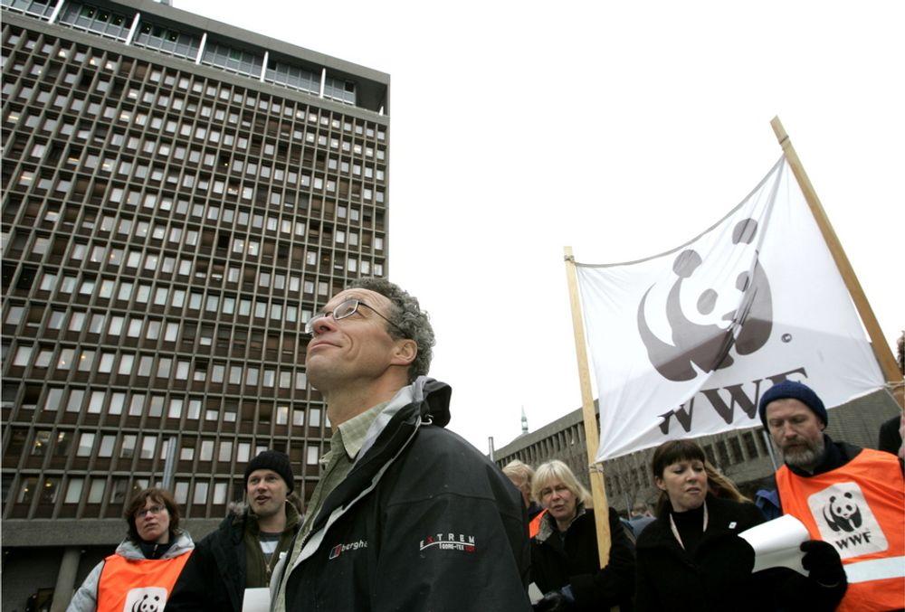 WWF-leder Rasmus Hansson og lederne for de andre miljøorganisasjonene i Norge er enstemmige i at Oljefondet må ut av selskaper som driver med oljesand. Her fra en demonstrasjon i 2006.