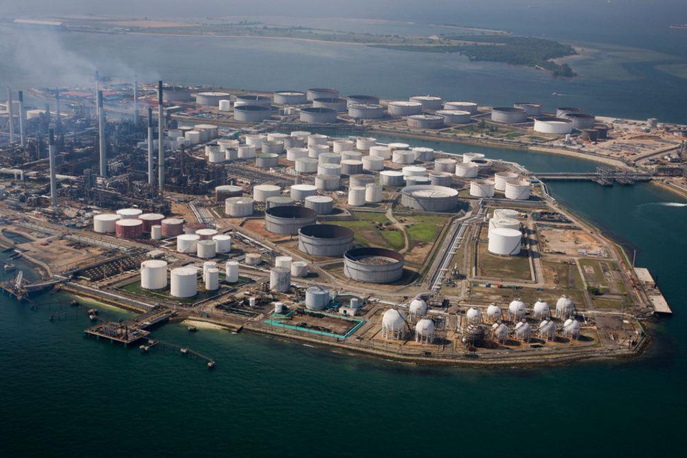 KAN SPARE CO2: Shell effektiviserer driften ved sine raffineriner. På det sparer de 800.000 tonn CO2 i årlige utslipp, tilsvarende forbruket av 300.000 tonn drivstoff årlig. Her Shells raffineri Paulu Bukum i Singapore.