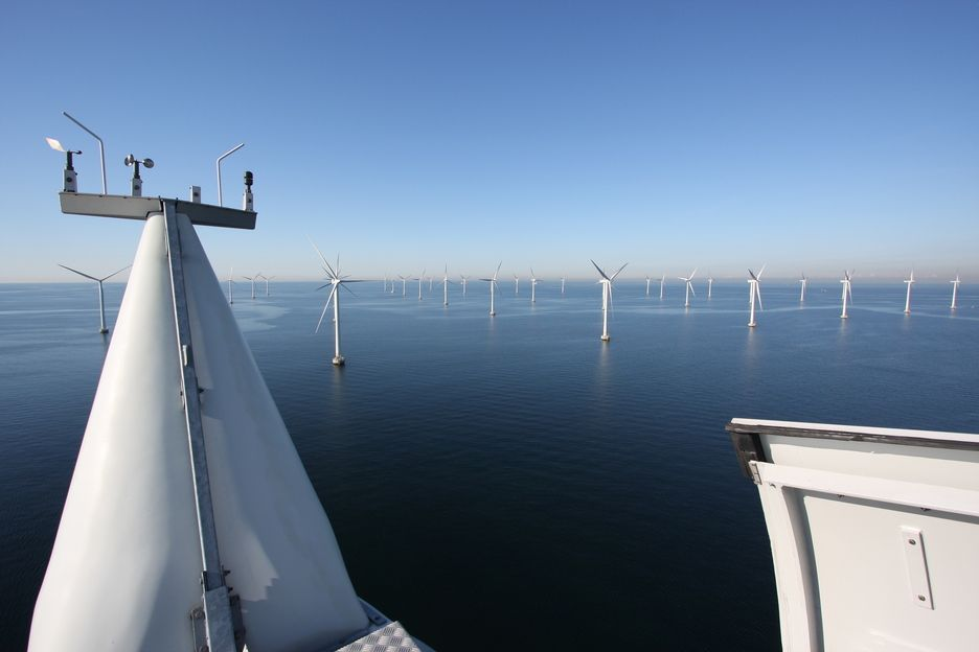 HAVVIND: Dette er svenske Lillgrund, en havvindpark på 110 MW. Artikkelforfatterne mener Norge har en stor mulighet til å bidra til globale klimakutt ved å gjøre teknologien for flytende havvind billigere.