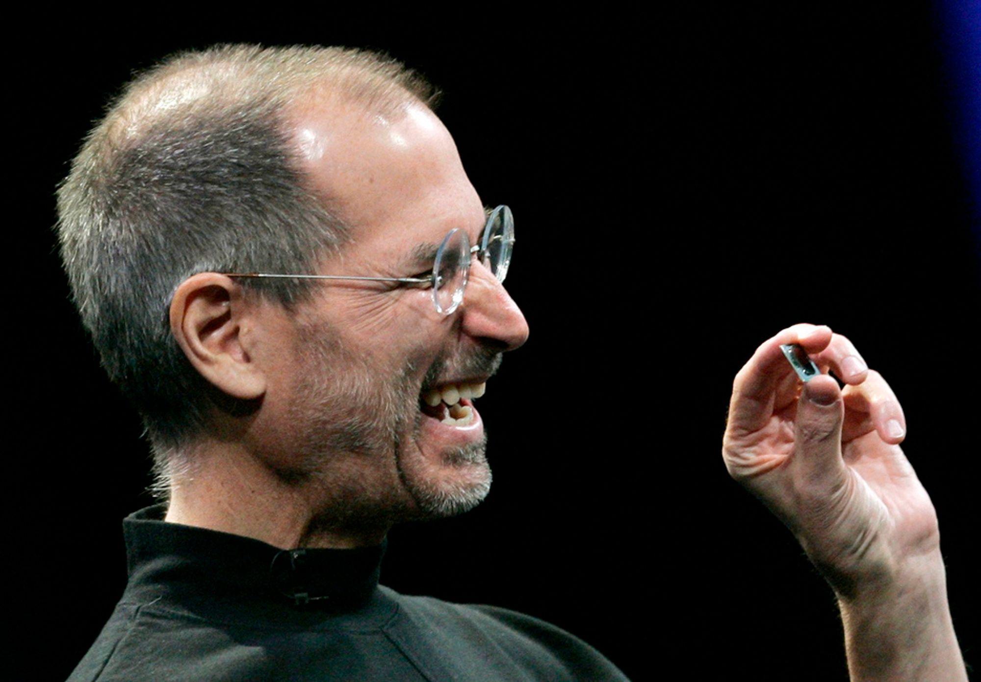 SUKSESS: Apple-sjef Steve Jobs kan se at selskapet hans går så det suser. Opp, opp og opp er stikkordene i år.