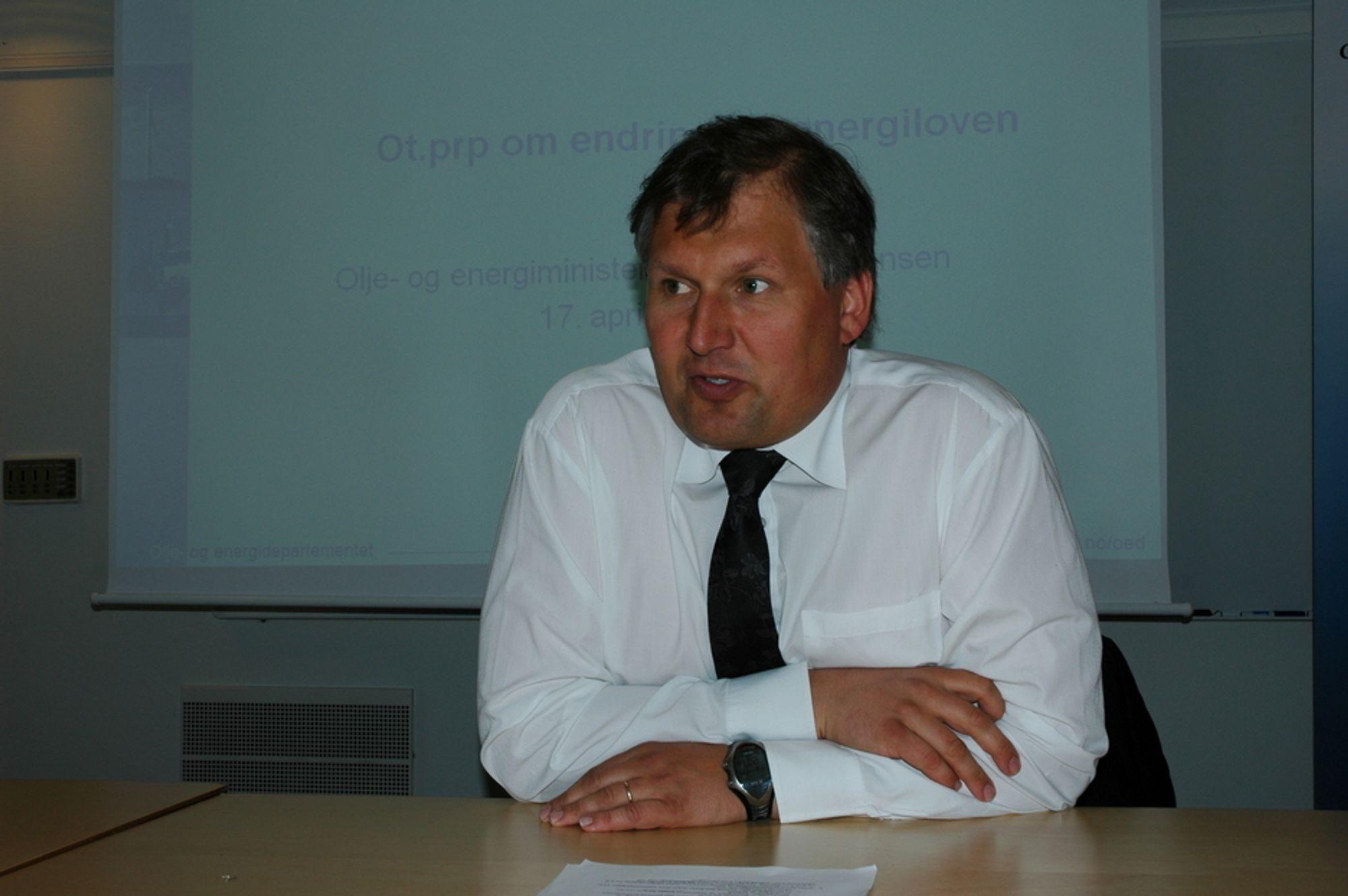 Terje Riis-Johansen legger frem Energiloven 17. april 2009.
