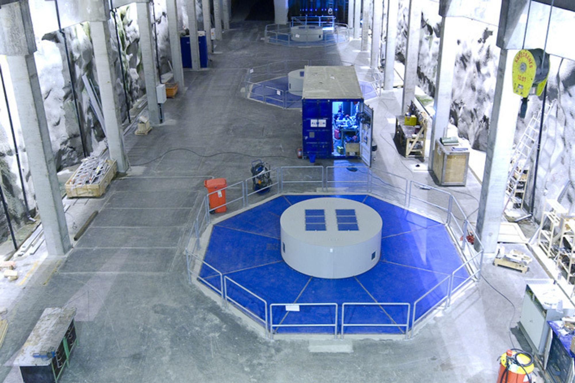 Sønnå kraftverk i Sauda åpnes av Terje Riis-Johansen i dag. Her fra maskinsaldekket i kraftstasjonshallen.