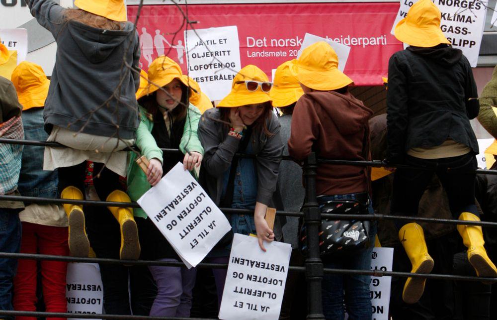 SIER NEI: Natur og Ungdom protesterer mot oljeboring utenfor Lofoten og Vesterålen ved åpningen av Arbeiderpartiets landsmøte 18. april. Nå sier redaksjonskomiteen i Ap også nei inntil videre.