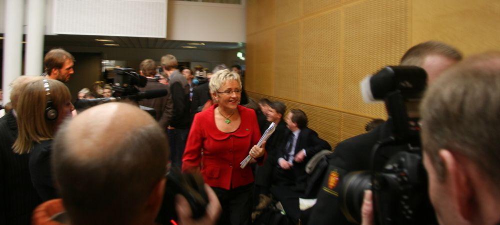 BLITSREGN: Det var tett i tett med journalister da en tydelig fornøyd samferdselsminister Liv Signe Navarsete kom fra Stortinget for å fortelle pressen om ny Nasjonal Transportplan.