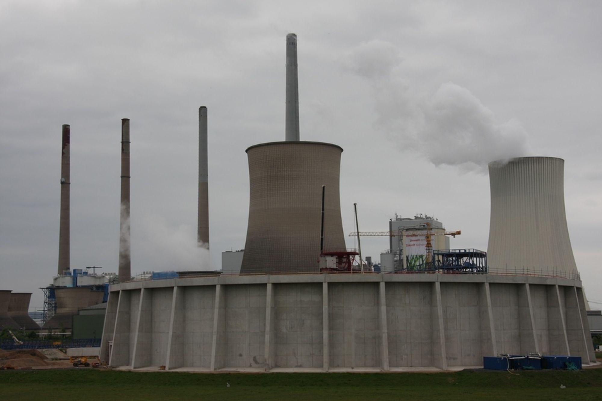 Dette er EONs kraftverk Staudinger i Tyskland, der det er bygget et testanlegg for CO2-fangst. Resultatene fra renseanlegget er oppsiktsvekkende gode. Løsningen avgir ingen helsefarlige utslipp, har over 90 prosent gjenvinningsgrad og lavt energiforbruk.