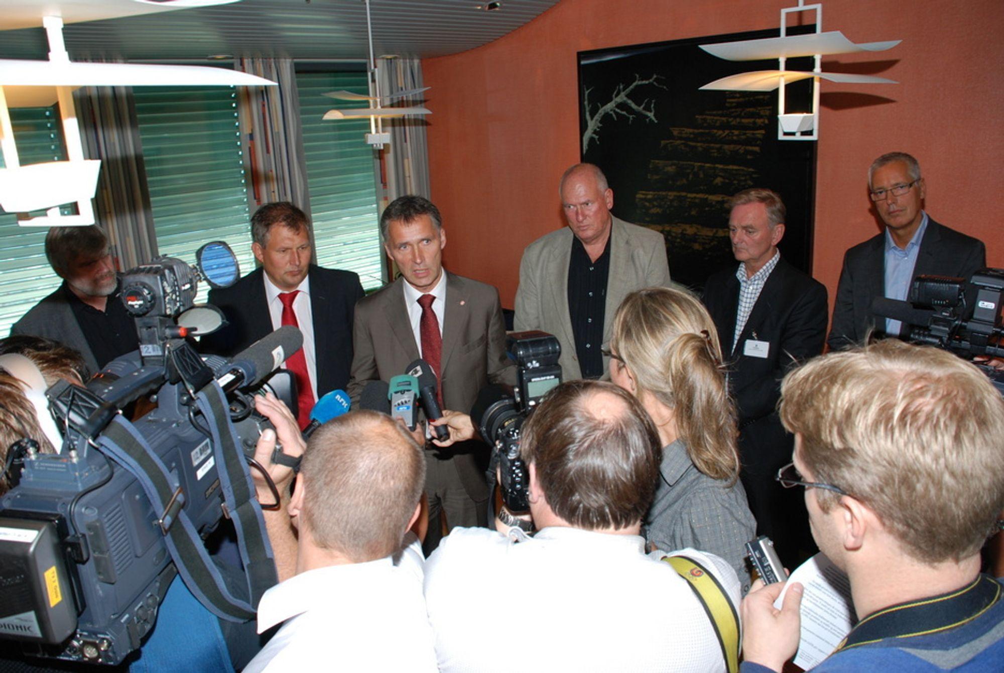 Det nye industrikraftregimet blir lagt fram 21. august 2009. Fra venstre Leif Sande, Industri Energi, Terje Riis-Johansen, Jens Stoltenberg, Roar Flåthen, Svein Sundsbø i Norsk Industri og Erik Skjelbred, EBL.