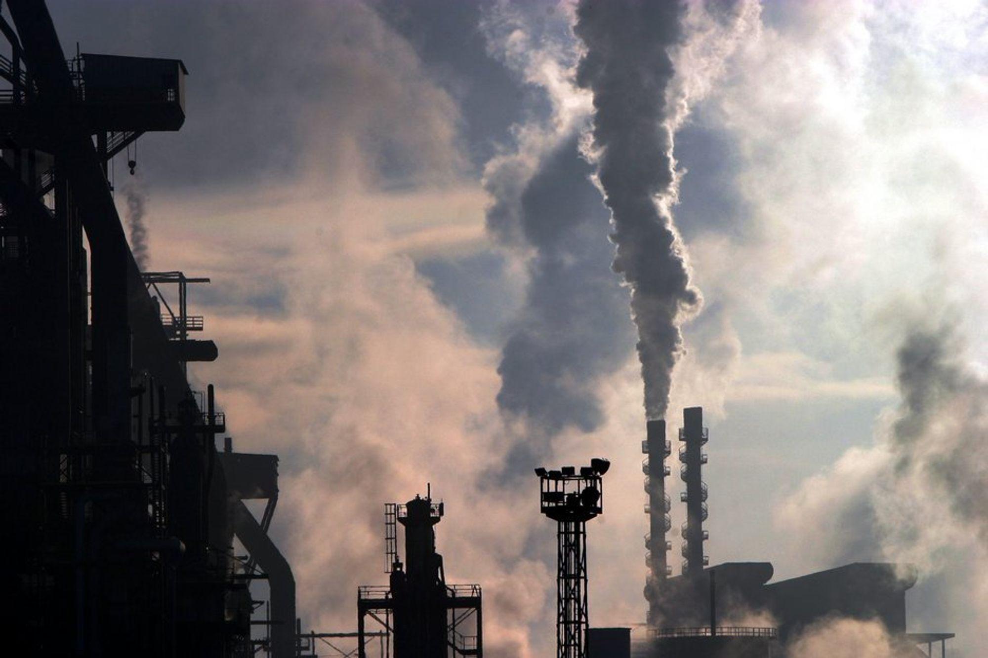 LAGRING: Norge vil at CO2 fra kullkraftverk som dette skal kunne fraktes til Nordsjøen for lagring, men per i dag er det både ulovlig å frakte CO2 over landegrensene og å lagre CO2 under havbunnen. Men dette skal nå endres.